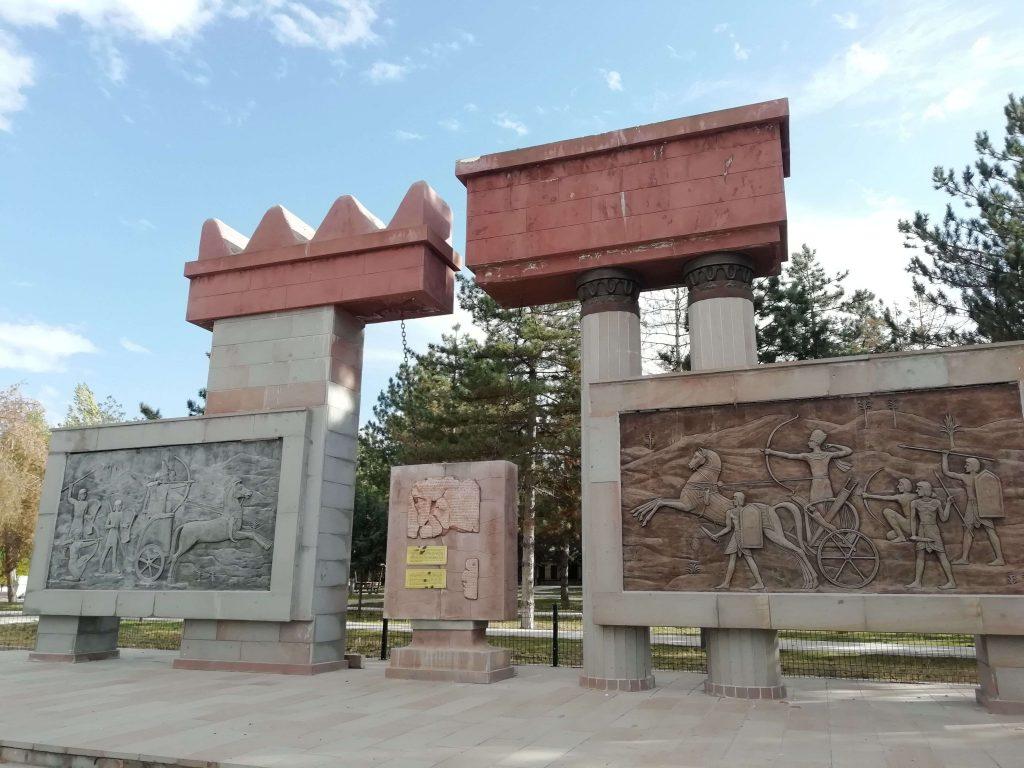 Kadeş Antlaşmasına adanan anıt, Boğazkale ilçesinin girişinde bulunuyor